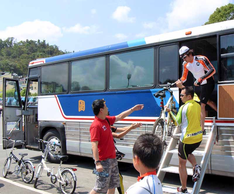 Погрузка велосипеда в автобус