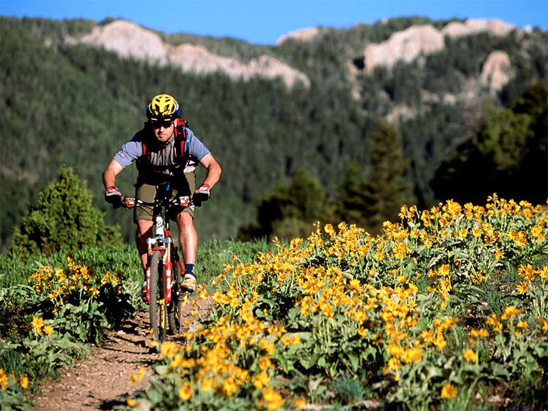 Велосипедист на горном велосипеде