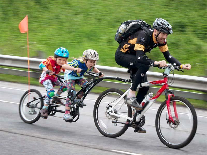 Перевозка детей на велосипеде с помощью велосипеда-прицепа