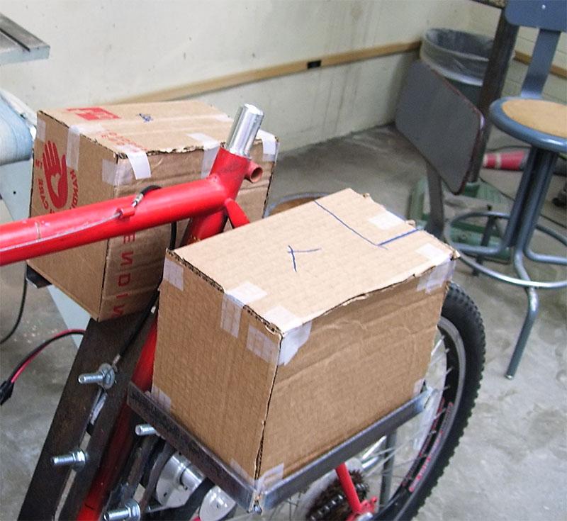 Картонный макет аккумуляторов на велосипеде