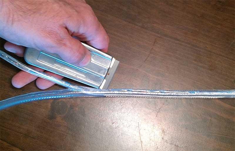 Разрезание изоляции светодиодной ленты