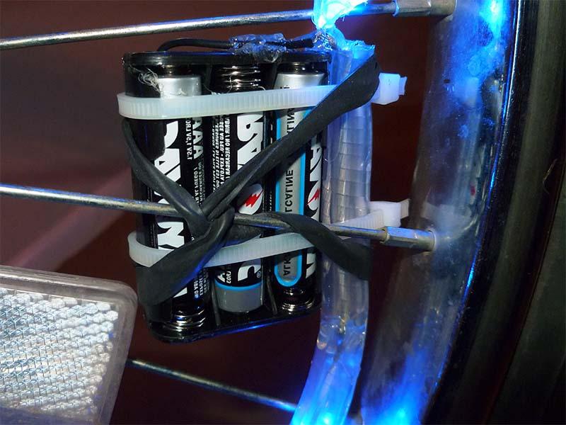 Закрепление батареек на колесе велосипеда