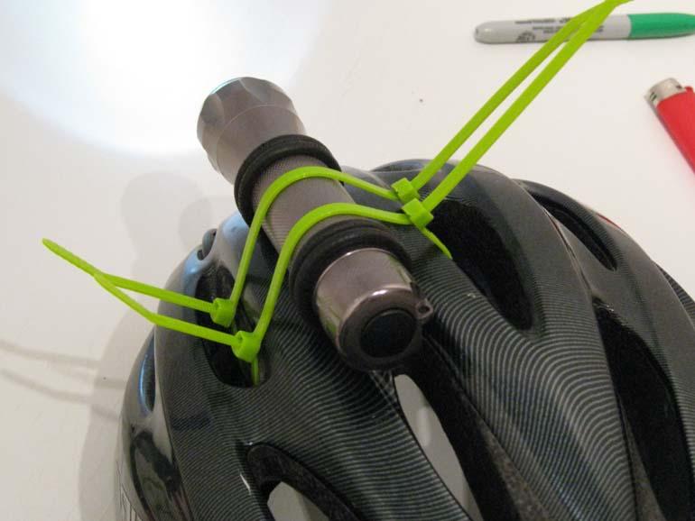 Закрепление фонарика на шлеме с помощью пластиковых хомутов