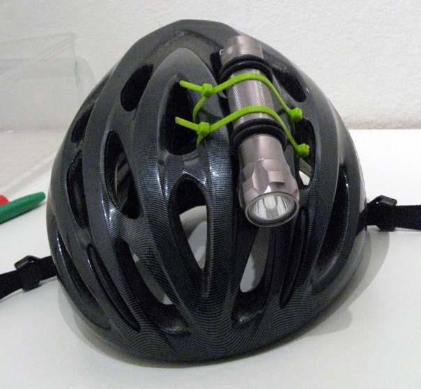 Установленный на велосипедном шлеме фонарик