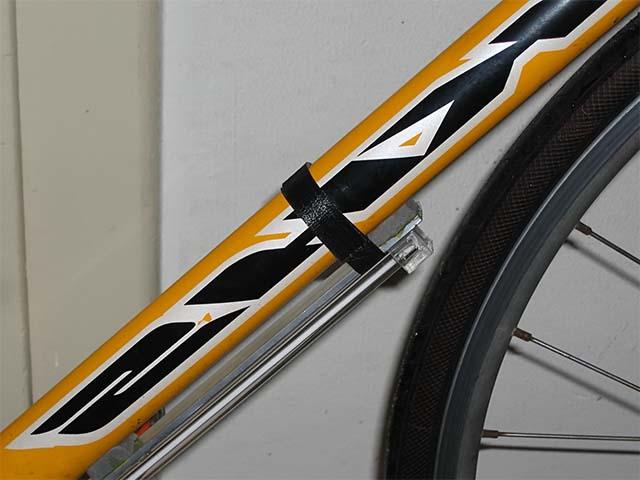 Люминесцентная лампа на велосипеде