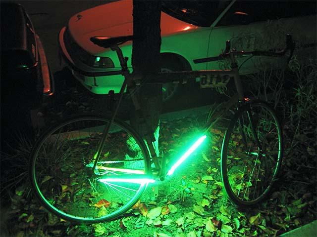 Зелёная люминесцентная подсветка на раму велосипеда своими руками