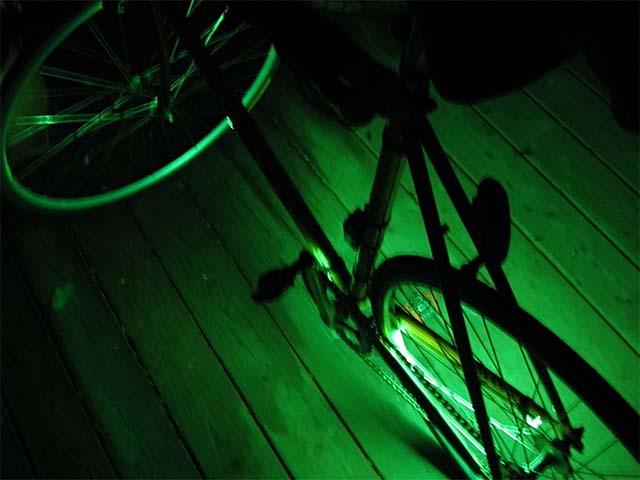 Самодельная зелёная люминесцентная подсветка на раме велосипеда