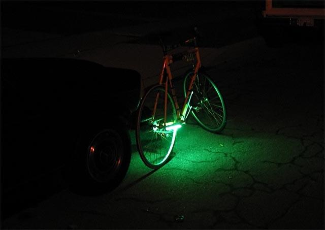 Тестирование люминесцентной подсветки велосипеда