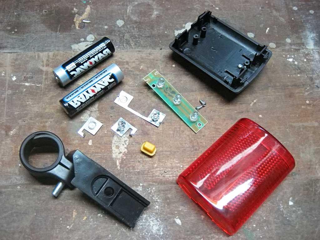 Задняя велосипедная мигалка на батарейках в разобранном виде