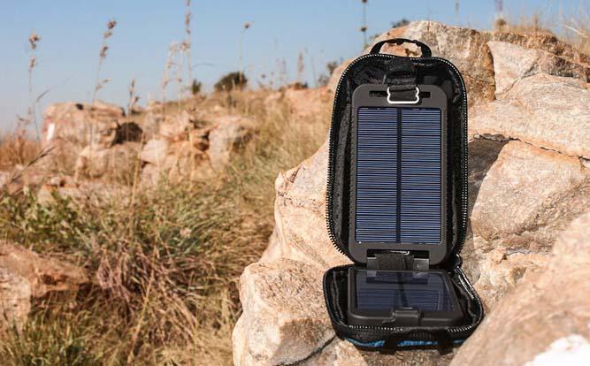 Солнечное зарядное устройство Powertraveller Solarmonkey Adventurer