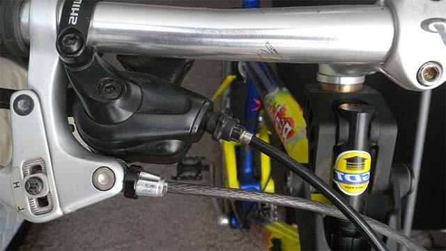 Проверка натяжения тросика переднего переключателя передач