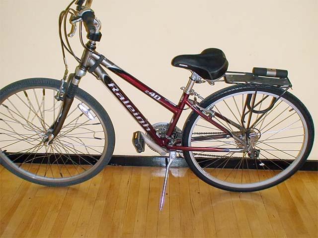 Поставленный на подножку велосипед