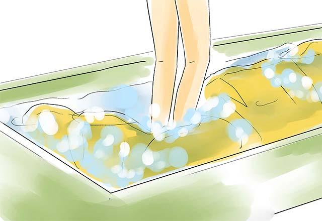 Погружение спального мешка под воду в ванной