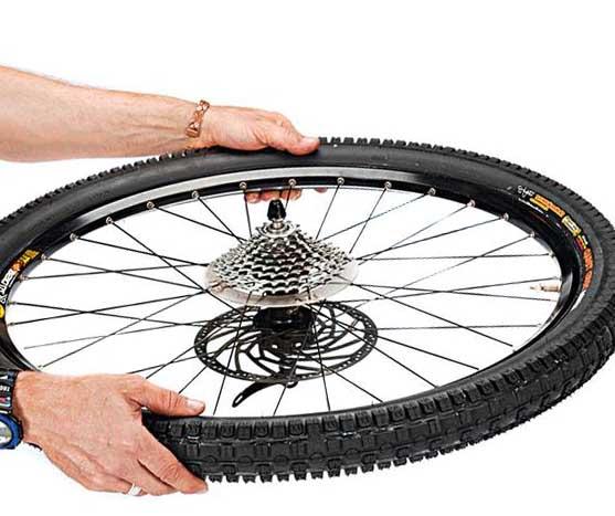 Распределение герметика по бескамерному колесу