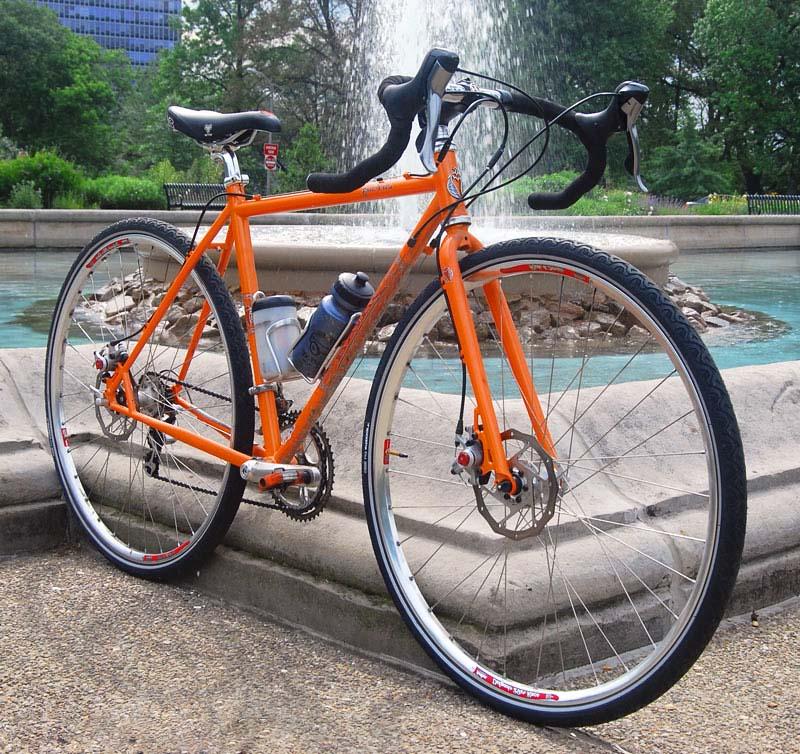 Шоссейный велосипед с покрышками Michelin City
