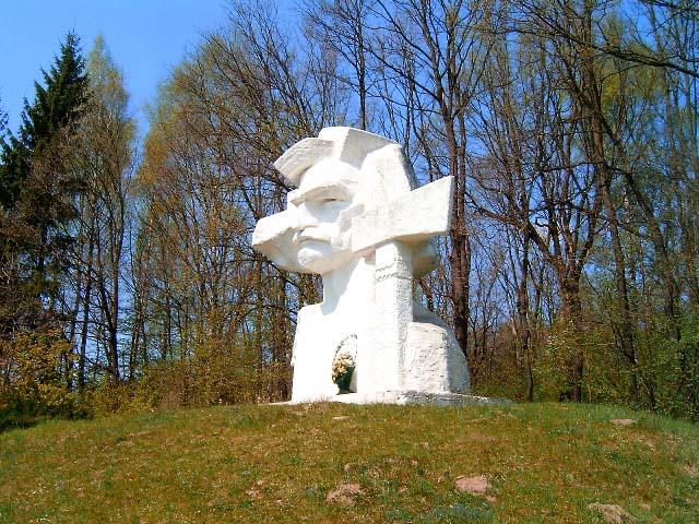 Памятник Довбушу в Печенежине
